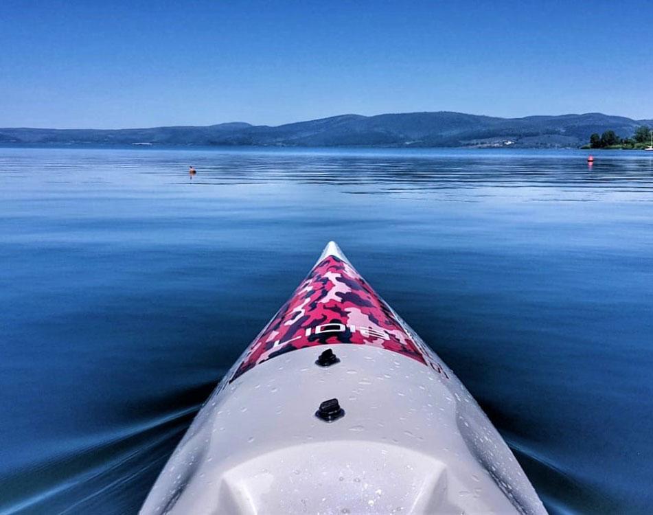 canoa kayak Surfcruise su lago paesaggio emozionale e rilassante