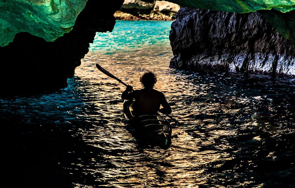 Esplorare grotte pagaiando in canoa kayak surfcruise avventura