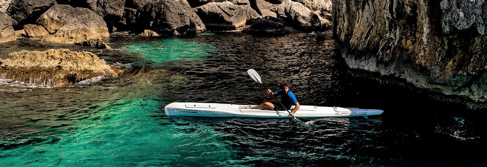 kayak canoa surfski in mare acqua cristallina alla scoperta della natura e avventura
