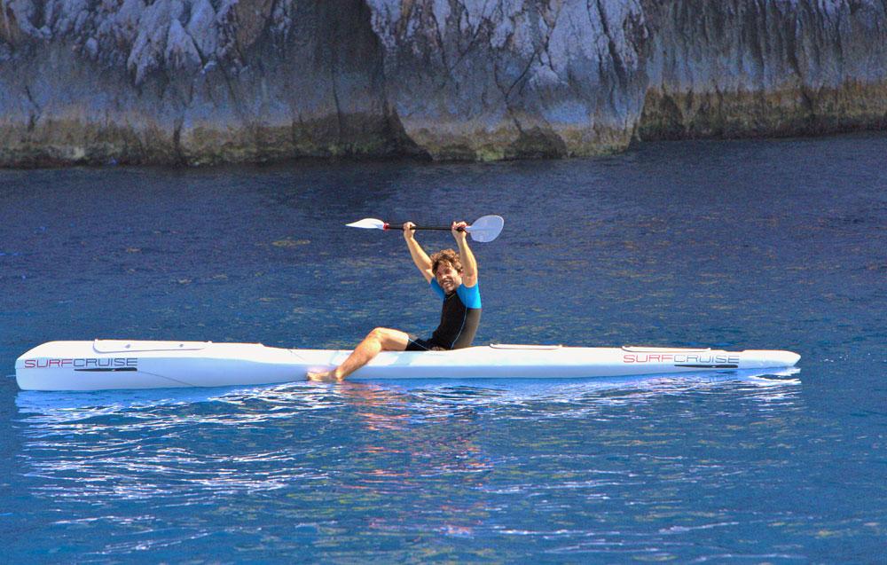 uomo al mare libertà con kayak surfski canoa surfcruise felicità e divertimento