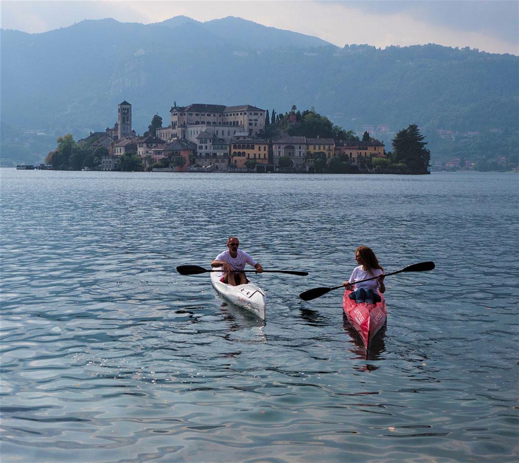 campione-sportivo-atleta-Bebo-Bonomi-pagaia-in-canoa-kayak-surfcruise-sul-lago-d'Orta-Isola-di-San-Giulio