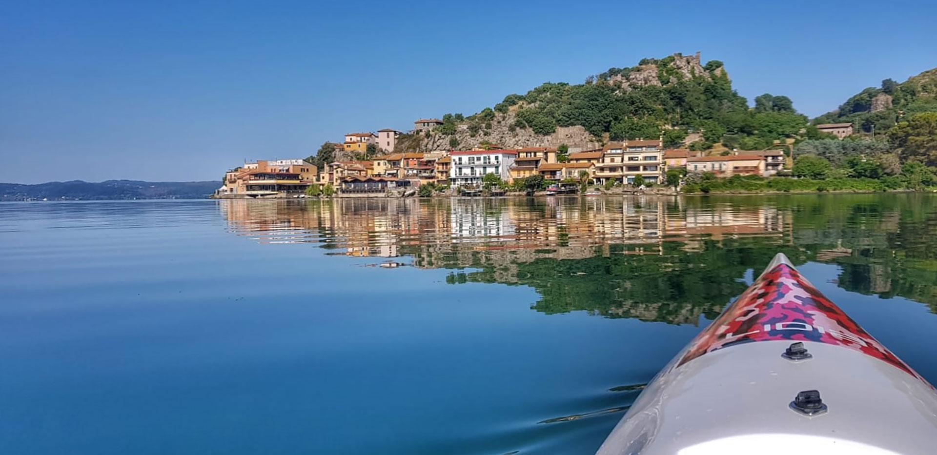 canoa kayak Surfcruise su lago esplorazione e visita paesaggio rilassante e naturalistico, pace e tranquillità
