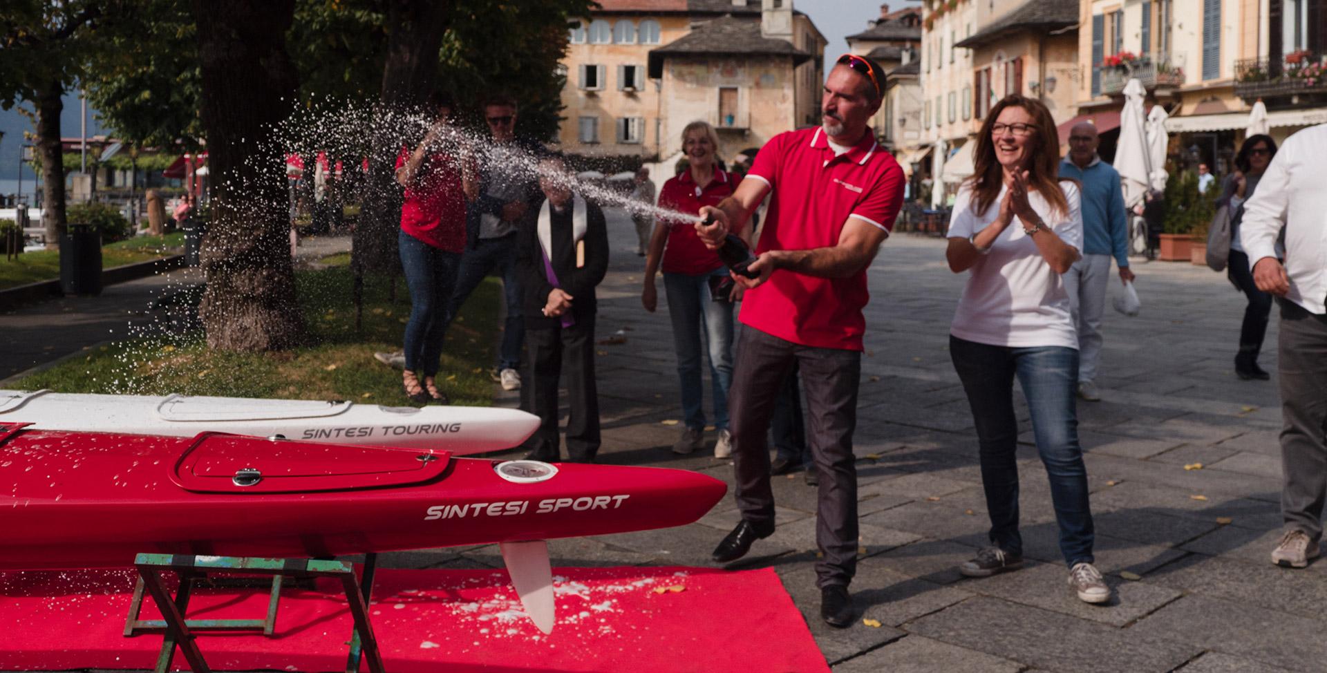 pluricampione olimpico Beniamino Bonomi inaugura la canoa kayak Surfcruise sul lago di Orta San Giulio