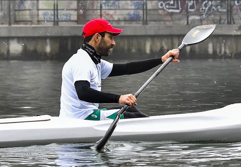 uomo con canoa kayak Surfcruise pagaia sul fiume eseguendo una corretta postura e attività sportiva
