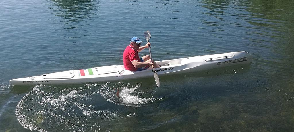 uomo-pagaia-al-lago-con-la-canoa-surfcruise-allenamento-e-benessere