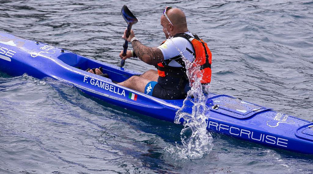 uomo pagaia in competizione sportiva al mare con kayak canoa Surfcruise colore blu