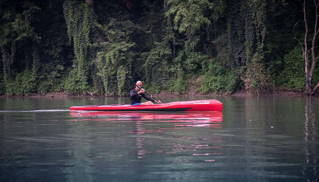 uomo risale ed esplora un fiume in canoa kayak Surfcruise
