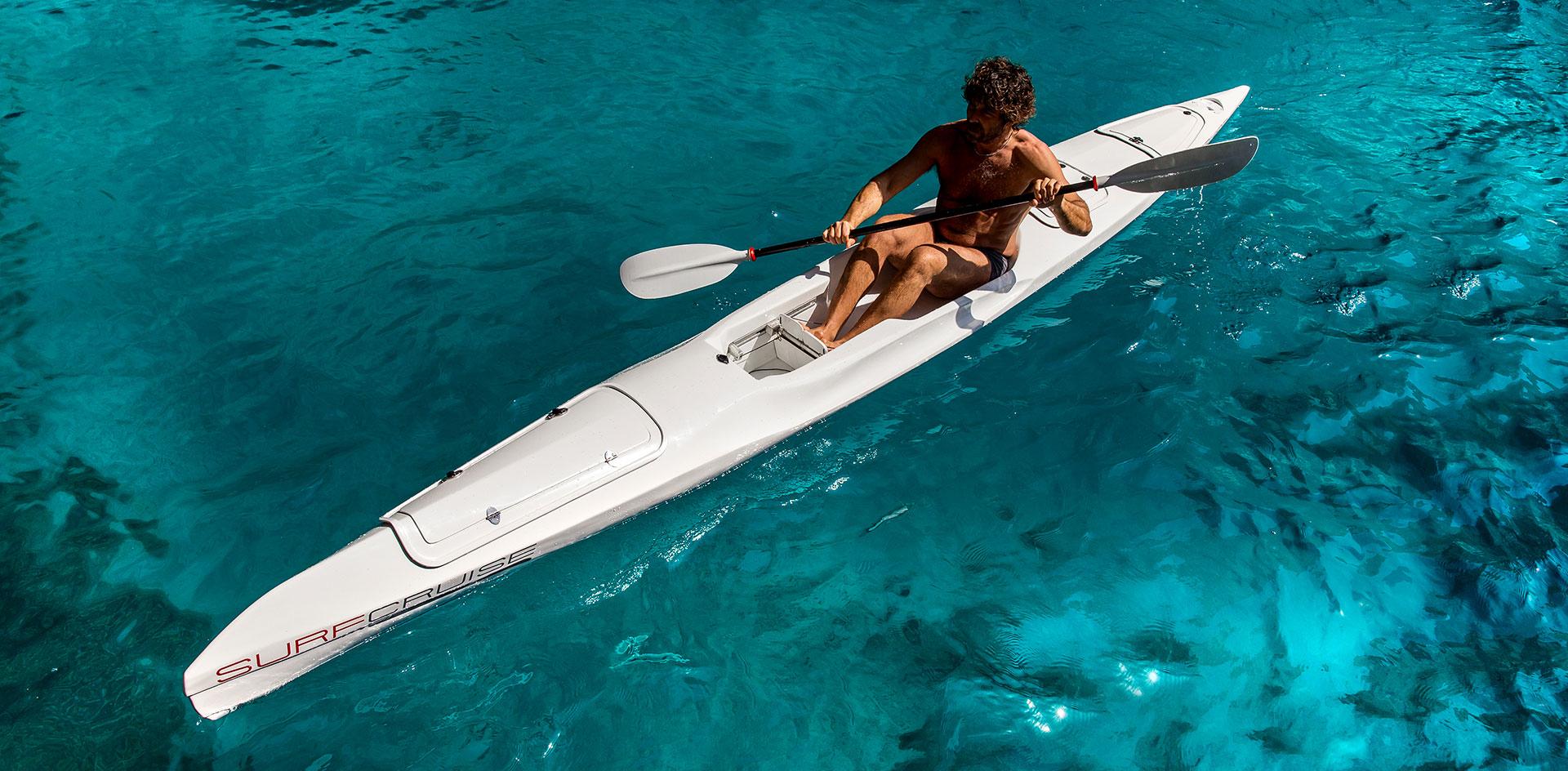 uomo sport al mare su canoa con acqua limpida e cristallina