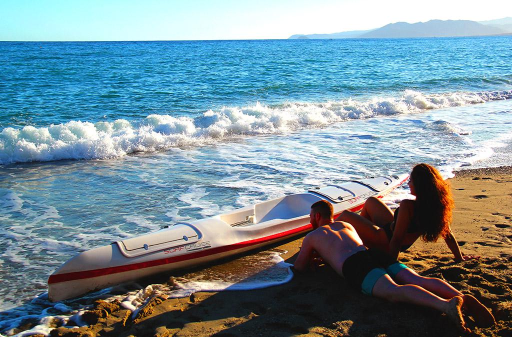 Uomo e donna con canoa kayak sufski surfcruise davanti al mare azzurro