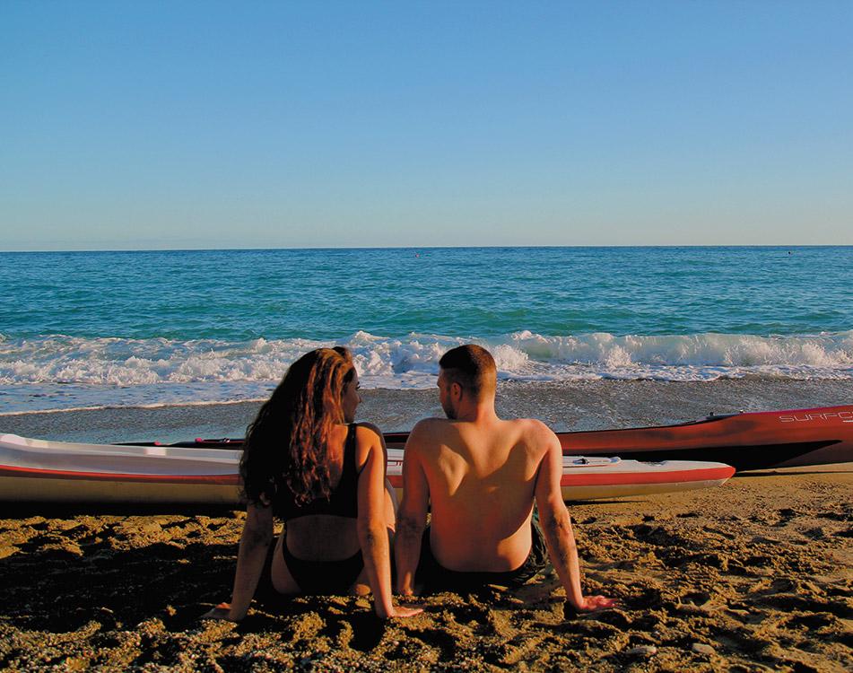 donna al tramonto, bagno in mare dopo uscita in canoa